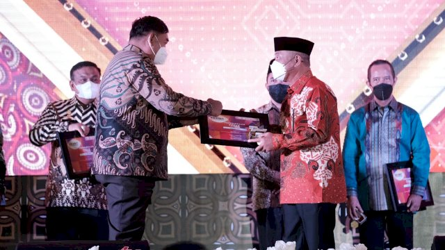 Pemkab Gowa Raih Dua Penghargaan Dari OJK Sulampua