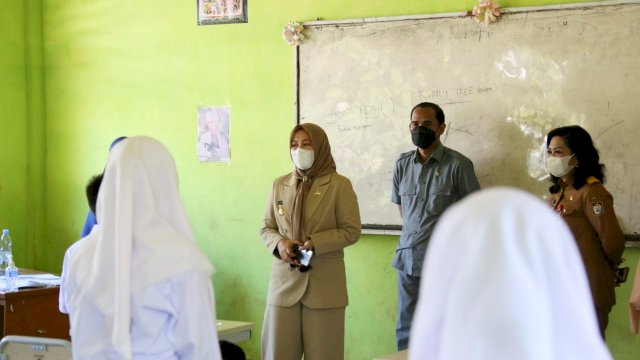 Bersama Ketua DPRD Kota Makassar, Fatmawati Rusdi Tinjau Proses PTM SMPN 44 Kelurahan Lakkang