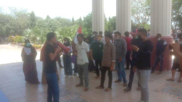 Aliansi Pemuda dan masyarakat Desa Bontocini Rumbia Demo Desak Tunda Pilkades