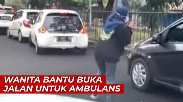 VIDEO: Seorang Wanita Bantu Buka Jalan untuk Ambulans, Aksinya Tuai Pujian